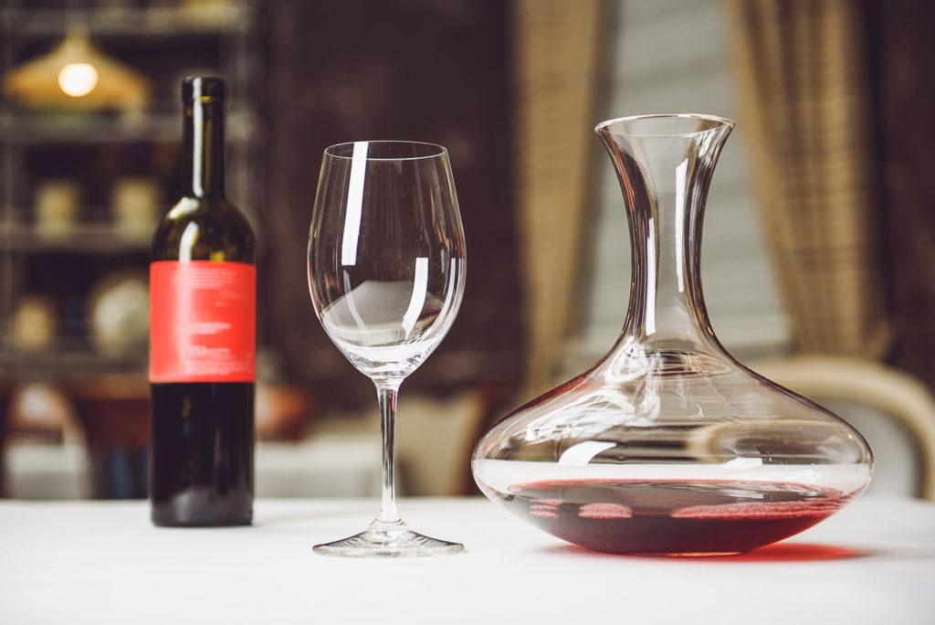 赤ワインのデカンタージュ