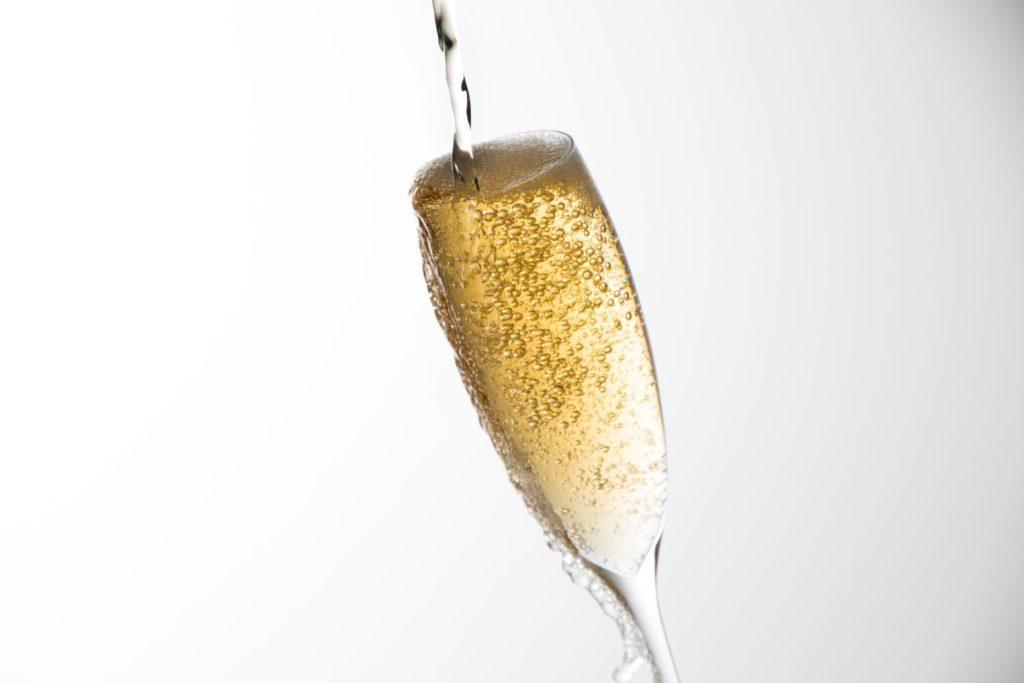 グラスに注がれたスパークリングワイン