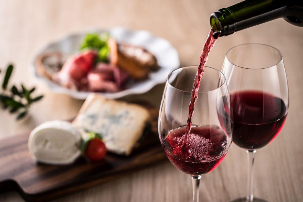 赤ワインのある食卓