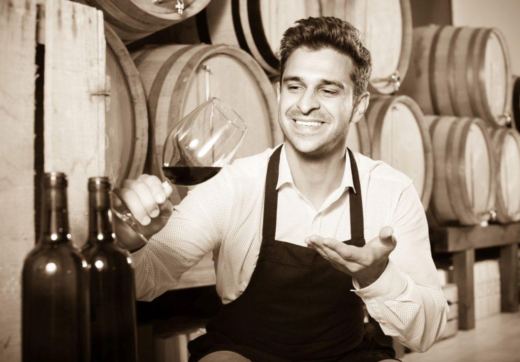 ワインセラーの男性