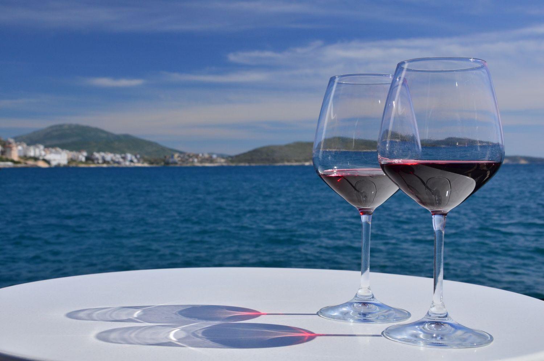 海とバンドールワインのイメージ