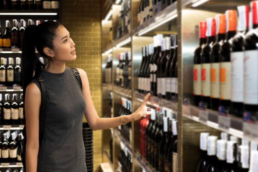 ワイン選びに迷う女性